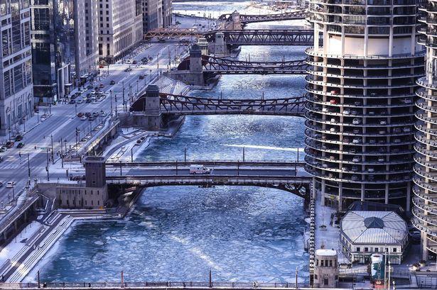 Thành phố Chicago bị đóng băng dưới thời tiết giá lạnh.