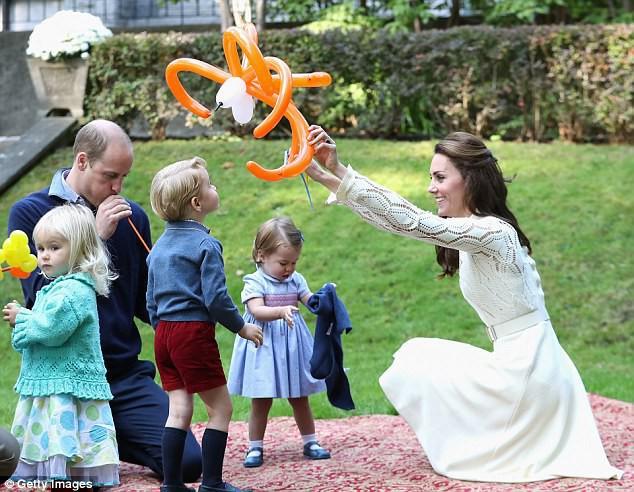 Trẻ con hoàng tộc từ nhỏ đã sớm biết làm việc vặt.