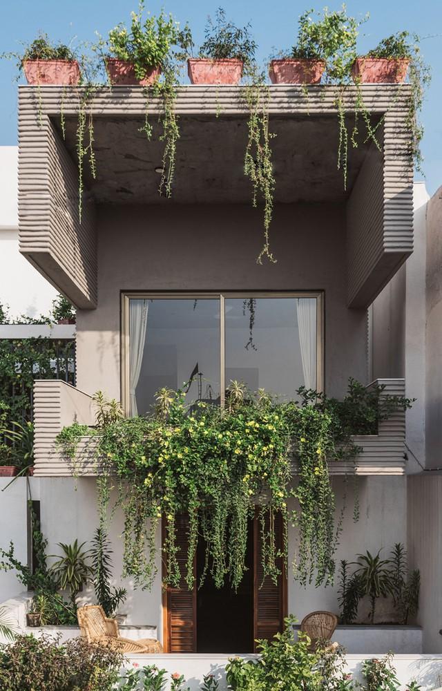 Ngôi nhà ống tuyệt đẹp này nằm ở thành phố Surat, Ấn Độ. Trên tổng diện tích khoảng 557m2 ngôi nhà được xây 3 tầng với không gian rộng thoáng và tràn ngập cây xanh.