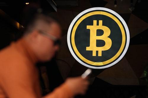 Người dân vẫn vô tư giao dịch, mua bán tiền ảo bitcoin dù chưa có khung pháp lý bảo vệ Ảnh: HOÀNG TRIỀU