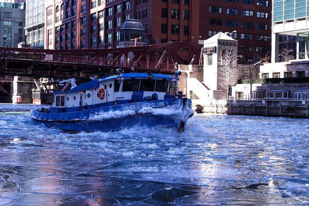 Một con tàu đang cố gắng lướt trên dòng sông băng tại Chicago.