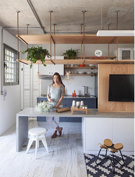 Khác với những cô nàng yêu màu sắc, chủ nhân căn hộ này lại muốn không gian sống của mình thiết kế đơn giản, màu sắc nhẹ nhàng nhưng phải đẹp và cá tính.