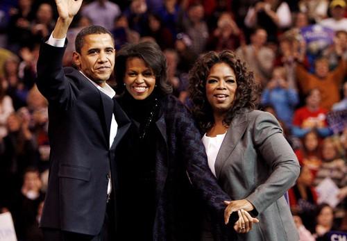 Bà Oprah Winfrey cùng gia đình cựu Tổng thống Barack Obama. Ảnh: Reuters