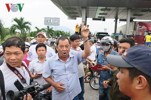 Tài xế dùng tiền 200 đồng qua Trạm BOT Sông Phan làm ùn tắc quốc lộ 1 - Ảnh 1.