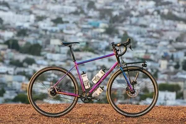 Chỉ có tờ tiền lẻ nhàu nát, cậu bé bất ngờ mua được chiếc xe đạp vì lý do ngoài dự tính - Ảnh 1.