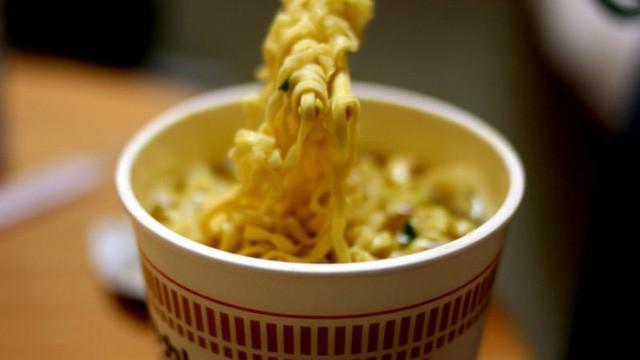 Nhờ vào bếp cho vợ, người đàn ông Nhật này đã phát minh thành công thứ đồ ăn mà cả thế giới đều biết đến - Ảnh 1.
