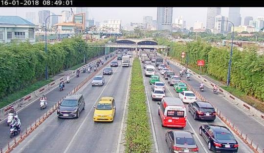 Hàng trăm xe ô tô bị kẹt ở hầm vượt sông Sài Gòn - Ảnh 2.
