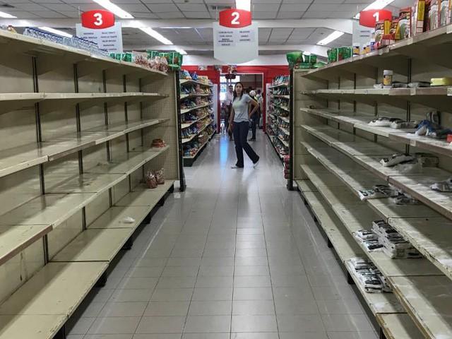 Siêu lạm phát ở Venezuela: Siêu thị không còn hàng để bán, thuốc men không có mà mua, tiền lương một tháng chỉ đủ mua 6 chai dầu gội đầu - Ảnh 1.