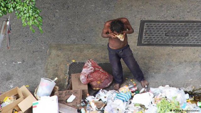 Siêu lạm phát ở Venezuela: Siêu thị không còn hàng để bán, thuốc men không có mà mua, tiền lương một tháng chỉ đủ mua 6 chai dầu gội đầu - Ảnh 2.