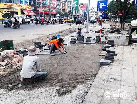Đà Nẵng: Vì sao vỉa hè nhiều tuyến đường phục vụ APEC 2017 mới lát đã hư hỏng? - Ảnh 1.