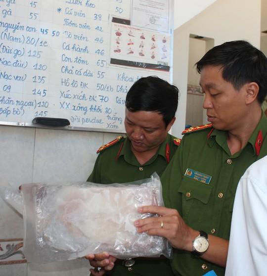 Tiêu hủy hơn 1,8 tấn đầu gà, cánh gà, cá cam... không rõ nguồn gốc - Ảnh 1.
