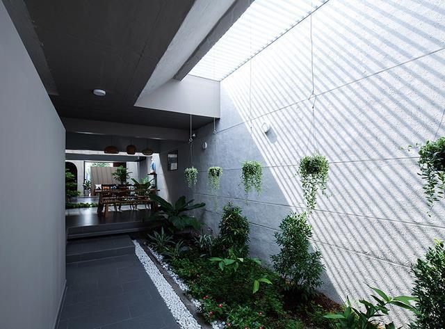 Không gian trong nhà được bố trí vô cùng thuận tiện và linh hoạt. Những khoảng vườn nhỏ xuyên suốt ngôi nhà mang đến sự mền mại, uyển chuyển cho không gian sống.