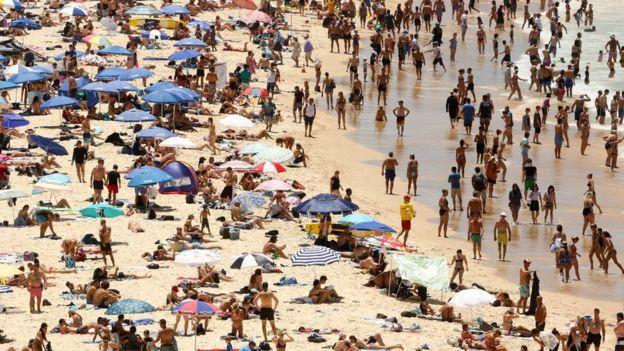 Những bãi biển đông nghẹt người vì nắng nóng.