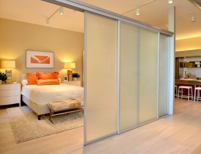 Với những căn hộ nhỏ, việc lựa chọn cửa trượt cho lối đi vào các phòng trong nhà vô cùng quan trọng. Cửa trượt vừa tiện lợi vừa giúp tiết kiệm tối đa diện tích cho không gian.