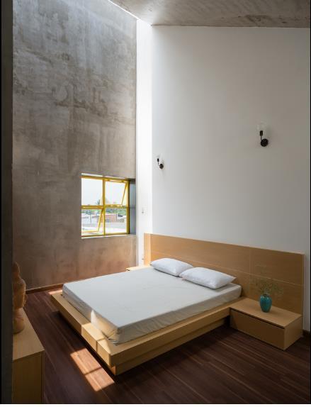 Các phòng ngủ riêng lẻ cũng được bố trí đơn giản, gọn gàng và dĩ nhiên là cũng đón nắng và gió dễ dàng từ cửa sổ và các khe thoáng trong phòng.