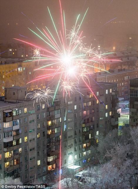 Pháo hoa ở TP Omsk - Nga. Ảnh: TASS