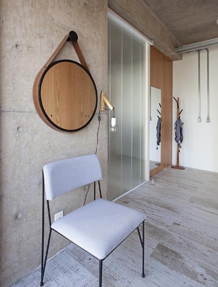 Không cầu kỳ, sơn vẽ như những căn hộ thông thường, tường và trần nhà căn hộ này đều để bê tông trần mang lại vẻ đẹp tự nhiên, giản dị cho không gian sống.