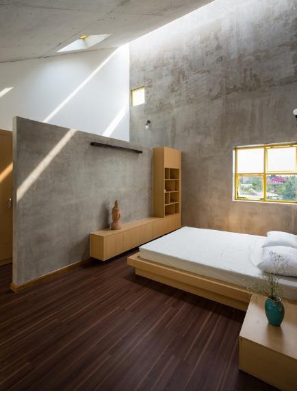 Nội thất trong nhà từ phòng khách cho tới không gian nghỉ ngơi chủ yếu được làm bằng gỗ kết hợp với những bức tường thô càng khiến không gian trở nên nhẹ nhàng và gần gũi hơn.