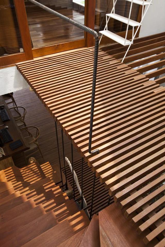 Ánh nắng khi xuyên qua các song gỗ tạo nên những vệt sáng chạy trên tường, trên sàn vô cùng đẹp mắt.