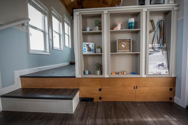 Không gian rộng thoáng và vô cùng tiện nghi với những chiếc tủ đựng đồ tiết kiệm diện tích. Sàn nhà được lát gỗ sạch và rất sang trọng.