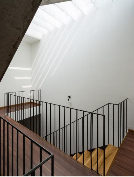 Hệ thống mái lợp trong suốt giúp ánh sáng tự nhiên chiếu xuống các cầu thang vô cùng đẹp mắt.