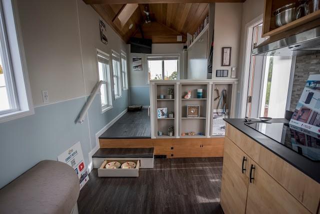 Vì diện tích hạn chế nên mọi góc nhỏ của ngôi nhà đều được tính toán tỉ mỉ và tận dụng tối đa. Sàn nhà phân làm 2 cấp với những ngăn kéo đựng đồ thuận tiện.