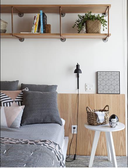 Đầu giường còn bố trí bàn tròn cùng những vật dụng nhỏ xinh vô cùng đáng yêu.