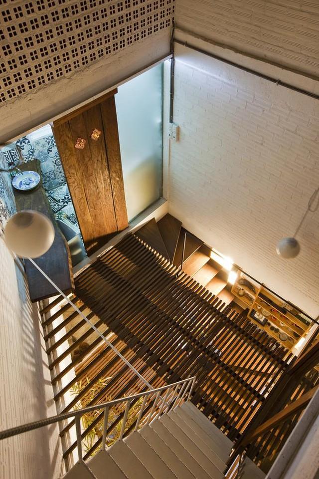 Với thiết kế hệ sàn lam gỗ vừa mang yếu tố thẫm mỹ lại có khả năng truyền ánh sáng khắp không gian các tầng.