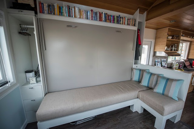 Với diện tích hạn chế nên góc nhỏ tiếp khách này cũng là không gian nghỉ ngơi của chủ nhà với giường gấp được ẩn như một bức tường nhà.