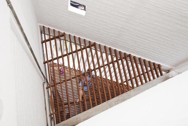 Nắng từ trên dễ dàng len lỏi qua hệ lam gỗ chiếu xuống các không gian chức năng bên dưới.