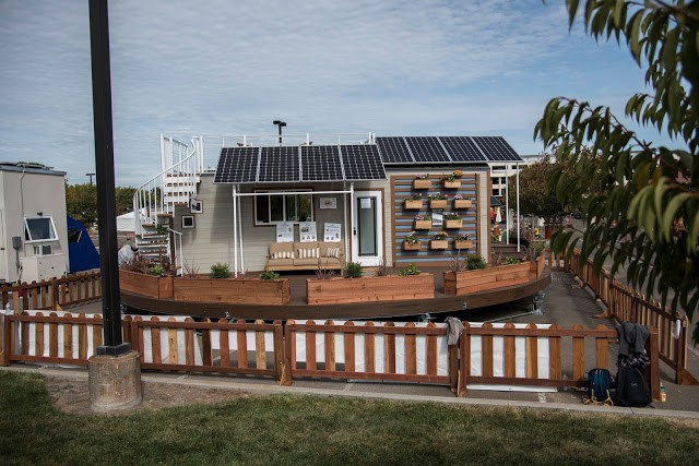 Trên mái của ngôi nhà được thiết kế với những tấm pin năng lượng mặt trời cung cấp điện năng cho cả ngôi nhà.