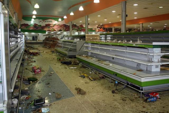 Siêu lạm phát ở Venezuela: Siêu thị không còn hàng để bán, thuốc men không có mà mua, tiền lương một tháng chỉ đủ mua 6 chai dầu gội đầu - Ảnh 3.