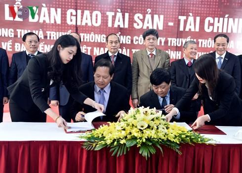  Bộ trưởng Bộ TT&TT và Tổng Giám đốc Đài TNVN Nguyễn Thế Kỷ ký biên bản bàn giao