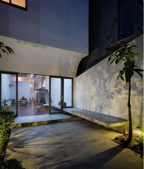 Điểm nhấn trang trí chủ yếu của ngôi nhà là cây xanh kết hợp với nguồn ánh sáng tự nhiên, tạo ra một không gian cực kỳ gần gũi. Điều này có thể nhận thấy rõ qua không gian của từng tầng cũng như không gian của từng khu vực chức năng trong nhà.
