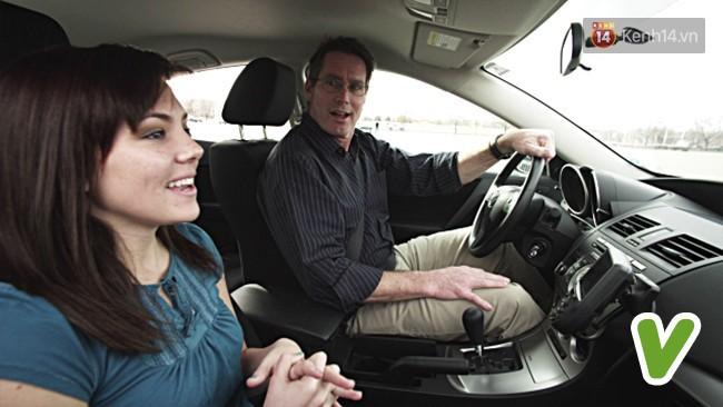 7 phép lịch sự khi ngồi trên ô tô mà bất kỳ ai cũng nên biết một chút - Ảnh 4.