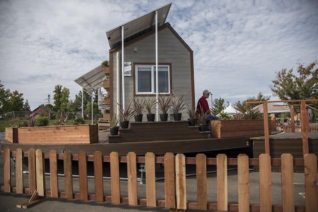 Ngôi nhà được thiết kế đặc biệt với khá nhiều cửa sổ phân bố quang tường nhà.