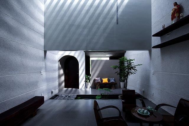 Với ý tưởng lấy cảm hứng từ mặt cắt không gian của hang động Sơn Đoòng, nên mọi thứ nội thất trong nhà đều tối giản, chỉ giữ lại những gì cần thiết nhất để hướng đến sự đơn giản và tĩnh lặng.