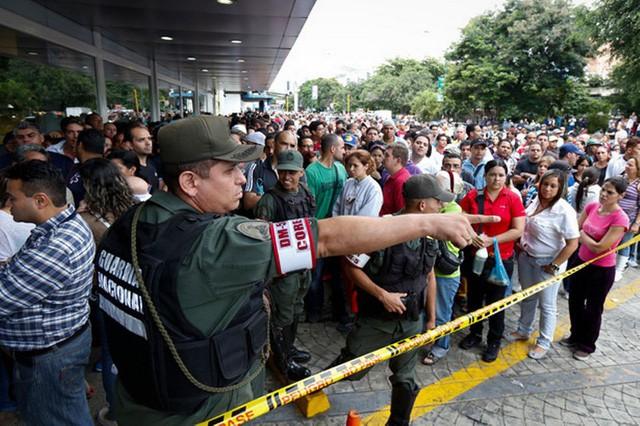Siêu lạm phát ở Venezuela: Siêu thị không còn hàng để bán, thuốc men không có mà mua, tiền lương một tháng chỉ đủ mua 6 chai dầu gội đầu - Ảnh 5.