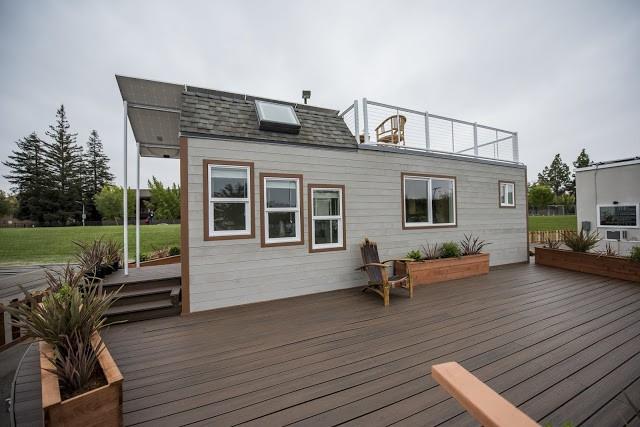 Nhờ nhiều cửa sổ lớn nhỏ giúp không gian bên trong ngôi nhà luôn rộng thoáng.