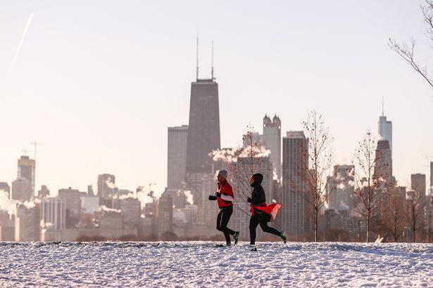 Người dân đi chạy bộ dọc bờ hồ Michigan.