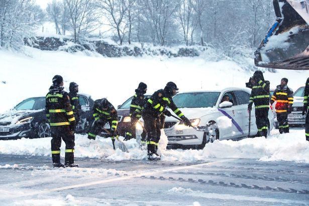Lực lượng cứu hộ dọn băng trên đường.