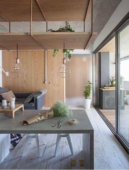 Bên dưới giá treo là chiếc bàn kéo dài 1 bên dùng làm bàn ăn, 1 bên dùng làm bàn để tivi vô cùng thuận tiện.
