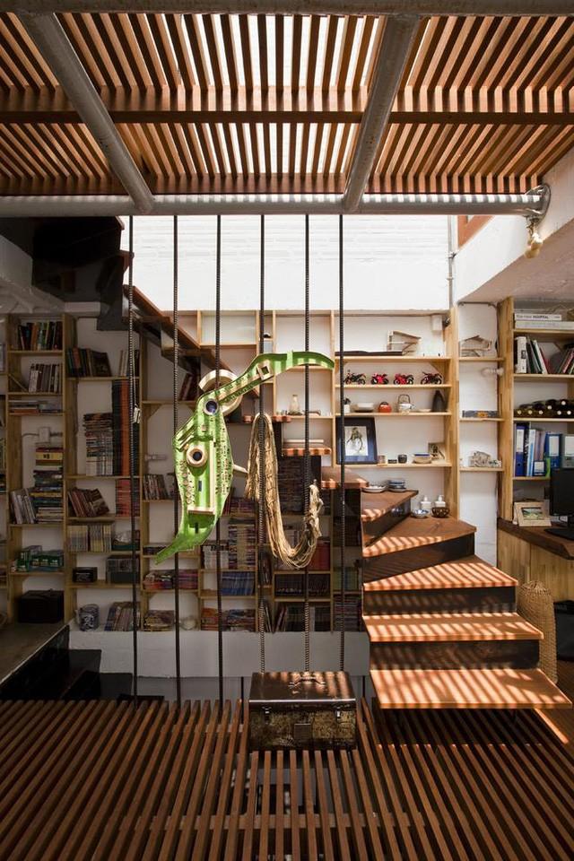 Do có diện tích khiêm tốn nên các khoảng trống của cầu thang được tận dụng để để đồ cùng vật trang trí.