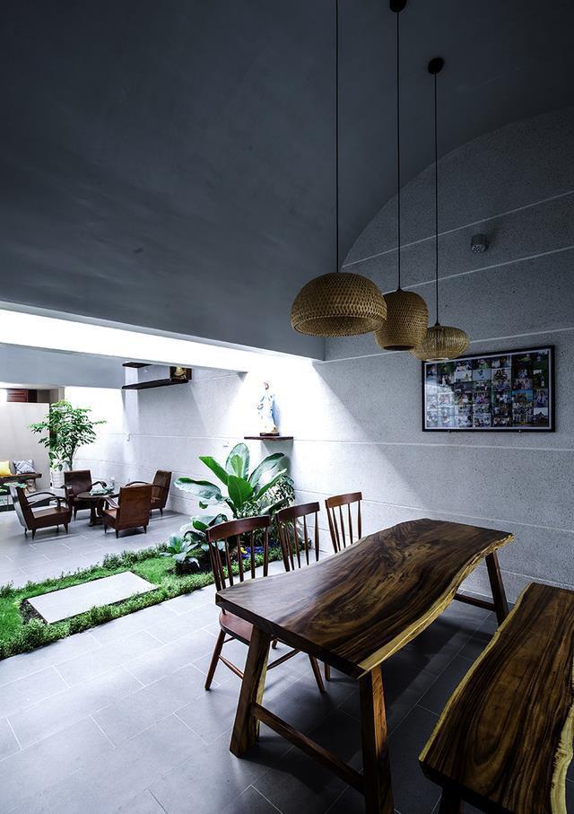 Không gian phòng khách, bếp và bàn ăn được thiết kế mở rộng thoáng, đan xen là những khu vườn nhỏ xinh với rất nhiều cây xanh.