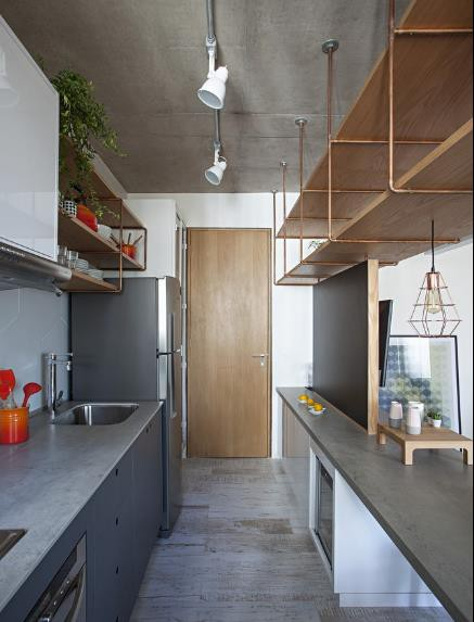 Góc bếp nấu được thiết kế rất gọn và sạch. Mọi vật dùng dùng cho nấu ăn đều được sắp xếp ngay ngắn lên kệ và hệ thống tủ bên dưới.