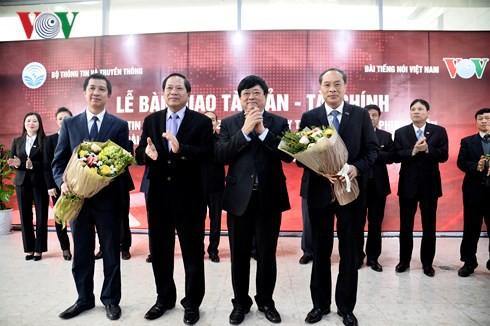 Bộ trưởng Bộ TT&TT và Tổng Giám đốc Đài TNVN Nguyễn Thế Kỷ chụp ảnh lưu niệm với lãnh đạo Đài VTC (bìa trái) và lãnh đạo Tcy Truyền thông đa phương tiện.