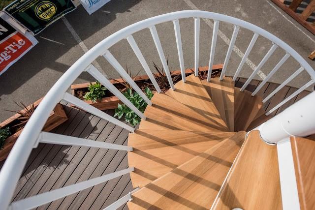 Được làm bằng sắt kết hợp với gỗ nên chiếc cầu thang này rất chắc chắn.