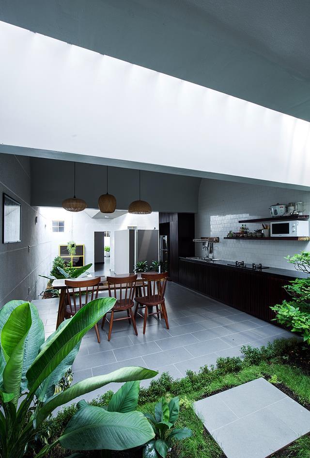 Khu bếp ăn thoáng mát và vô cùng sạch sẽ. Đặc biệt ngăn cách giữa các không gian trong nhà không phải là tường mà là cây xanh hoặc rãnh nước rất đẹp.