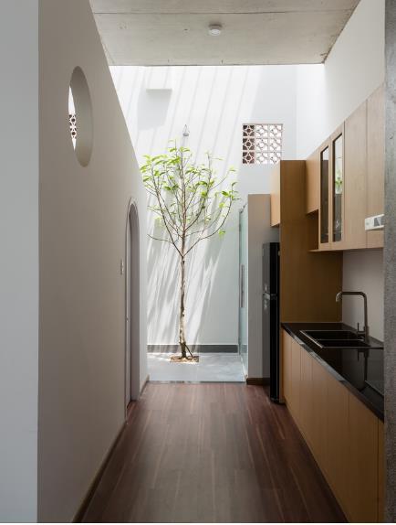 Không gian nấu cũng là nơi nhận được nguồn sáng cùng luồng gió mát lành thông suốt từ giếng trời phía cuối nhà .