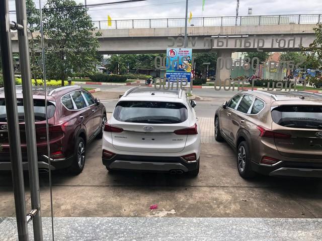 Hyundai Santa Fe 2019 ồ ạt về đại lý trước ngày ra mắt: Xe nhiều nhưng vẫn kênh giá 100 triệu đồng - Ảnh 2.